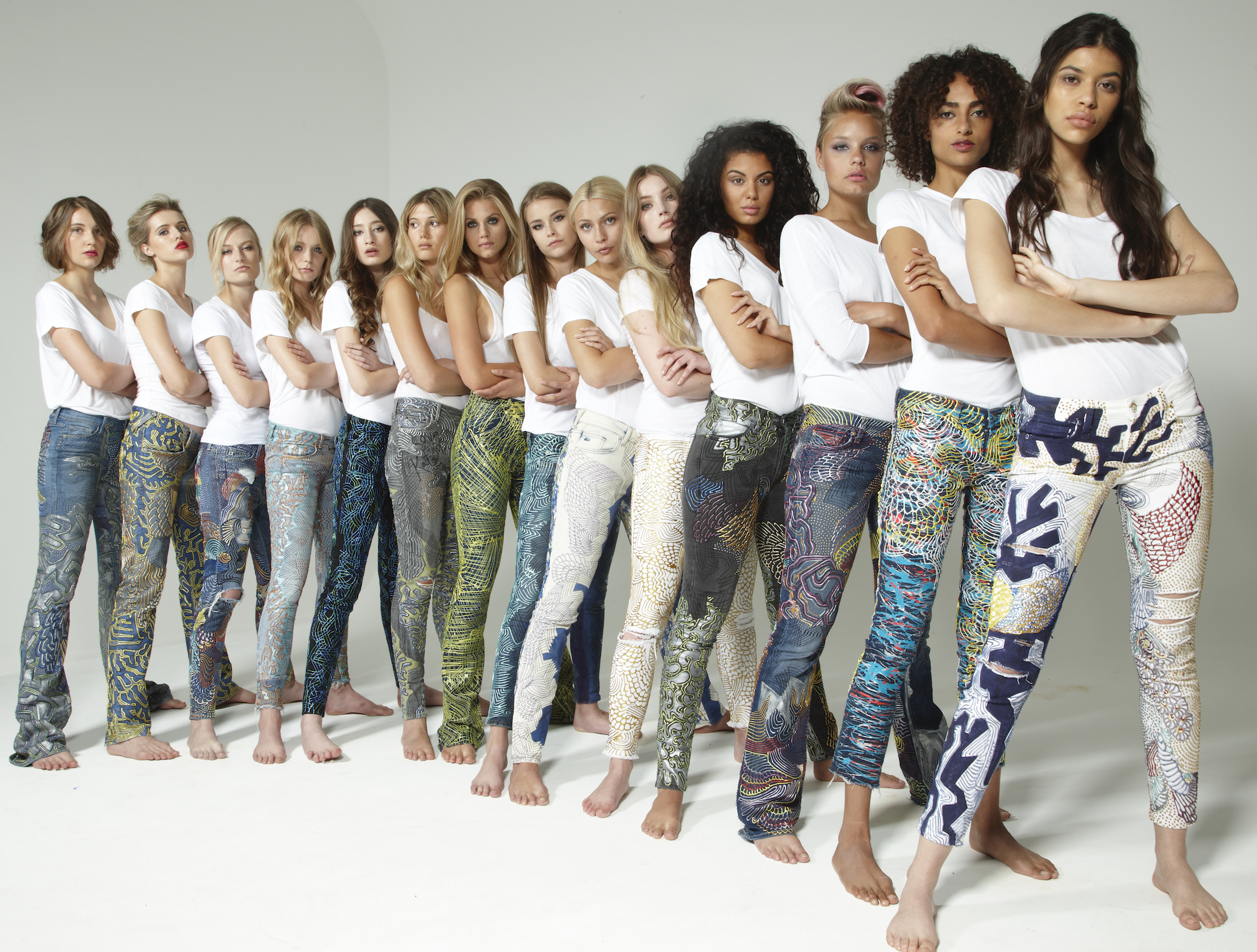 Jean'lerini boyadılar, mülteciler için açık arttırmaya çıkardılar