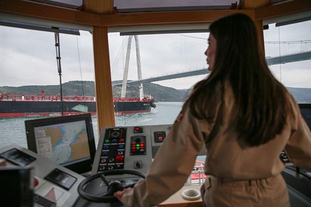 Kıyı Emniyetinin ilk kadın römorkör kaptanı Gizem Turan işbaşı yaptı