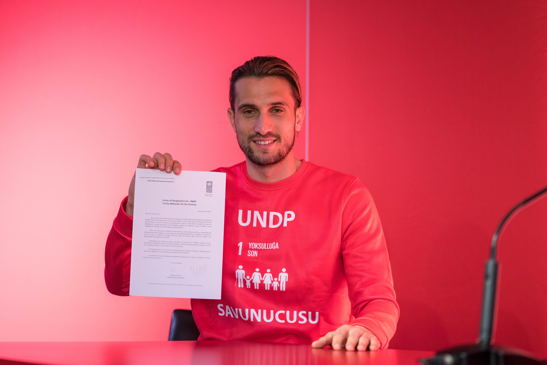"""UNDP, Milli Futbolcumuz Yusuf Yazıcı'yı """"Yoksullukla Mücadele Savunucusu"""" ilan etti"""