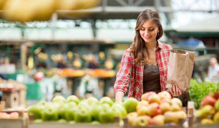 wsi-imageoptim-bigstock-shopping-woman-buying-fruit-at-1271595501-e1480078129707-001.jpg